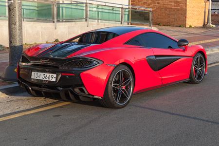 Busan, Republiek Korea - 16 maart 2018: Red McLaren 570S achteraanzicht, het is een sportwagen ontworpen en vervaardigd door McLaren Automotive Redactioneel