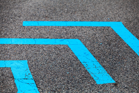 Corners of blue lines over dark asphalt, close-up photo with selective focus Stockfoto