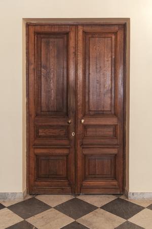 Old wooden door, classic interior background photo Foto de archivo
