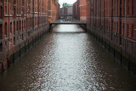 Brooksfleet canal. The Speicherstadt, warehouse district in Hamburg, Germany, the largest warehouse district in the world where the buildings stand on timber-pile foundations of oak logs Standard-Bild