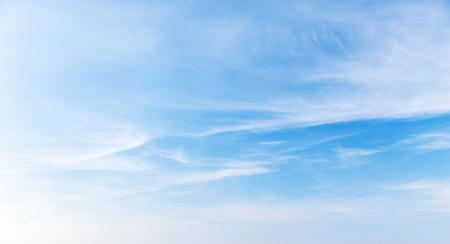 Blauwe lucht met cirruswolken overdag, natuurlijke panoramische achtergrondfoto