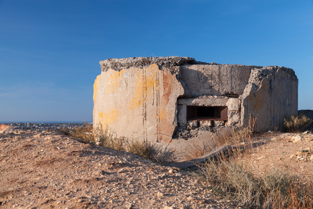 Abandoned concrete bunker from WWII period on Fiolent rocks formation. Black Sea coast, Sevastopol Stockfoto - 122847945