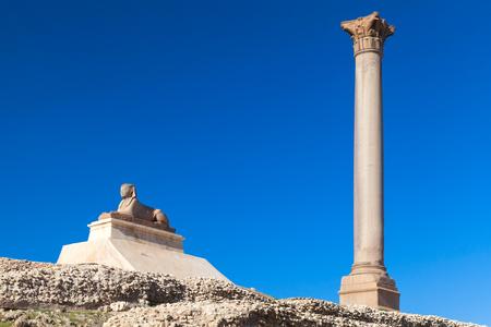 Pompeys Pillar ans ancient sphinx, Alexandria, Egypt. This Roman triumphal column was built in 297 AD Imagens