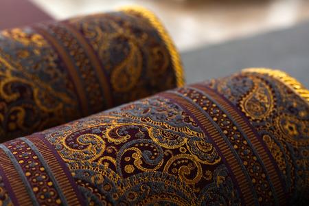 Opgerolde oosterse tapijten, close-up foto met zachte selectieve focus