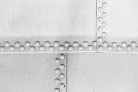 리벳이 있는 흰색 강철 벽, 빈티지 산업 배경 질감
