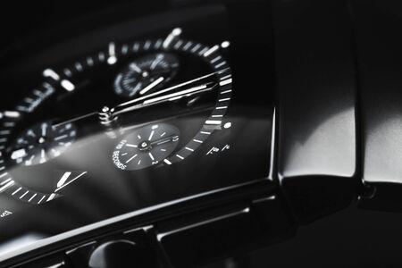 Orologio da polso di lusso realizzato in ceramica high-tech nera. Foto in studio ravvicinata con messa a fuoco selettiva