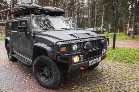 Sankt-Petersburg, Russland - 8. Oktober 2017: Schwarzes Hummer H2-Auto steht auf dem ländlichen Parkplatz in der russischen Landschaft, Seitenansicht?