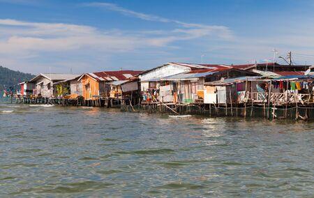 Case in legno colorate e su palafitte nel quartiere povero di Sabah, Kota Kinabalu, Malaysia