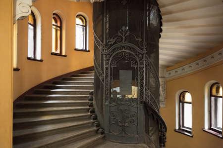 St. Petersburg, Russland - 25. Oktober 2014: Die Haupttreppe runden Innenraum mit geschmiedeter Tür eines Aufzugsschachts