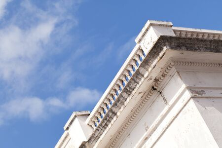 Abstract architectural background with white house corner under blue sky Banque d'images