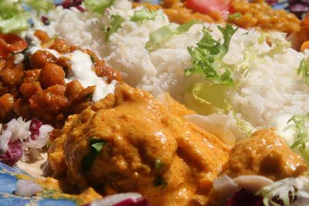 spicey: Una miscela di pollo con salsa di Masala, lenticchie e riso, servita con una decorazione di lattuga. Piatto tipico indiano.
