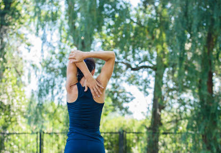 Sportowa dziewczyna pracująca w parku. Piękne tłoczone plecy. Zdrowie i sport