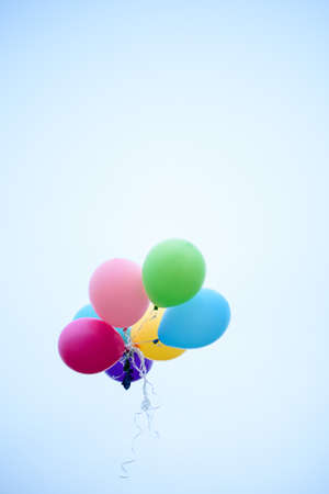 Palloncini multicolori che volano nel cielo. Vacanze