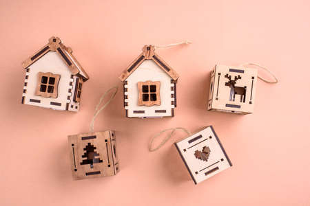 Wooden eco toys on the Christmas tree. In the form of lanterns and houses. New Years content. View from above. Standard-Bild