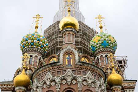 Saint-Pétersbourg, Russie, août 2019. Détail de l'église du Sauveur sur le sang ou l'église du sang versé et ses détails architecturaux colorés