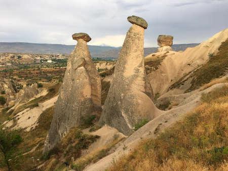 Drei Grazien (Drei Schönheiten). Felsformation bei Ürgüp. Kappadokien, Zentralanatolien, Türkei.