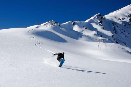 serf: snowboarder rouler dans la poudre Banque d'images