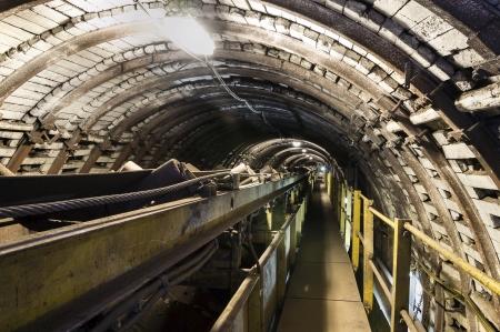 cinta transportadora: Cinta transportadora para el transporte de carbón y plataforma especial Foto de archivo