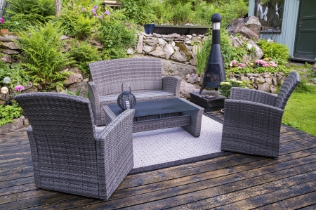 House patio with wicker chairs Imagens - 20976493