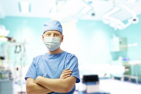Chirurg in operatiekamer in het ziekenhuis Stockfoto