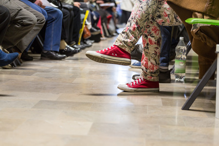 pacientes: Muchas personas en una sala de espera para ver a un m�dico Foto de archivo