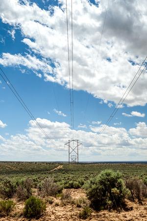 energia electrica: Líneas eléctricas en el desierto de Nuevo México, EE.UU. Foto de archivo