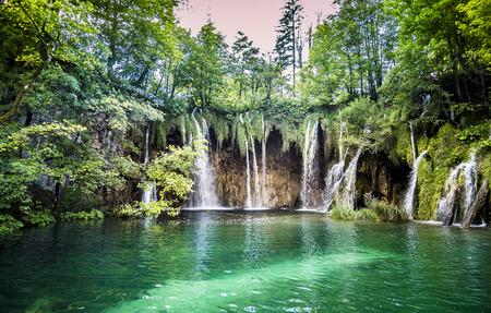 Hermosas cascadas en el Parque Nacional de los Lagos de Plitvice, Croacia
