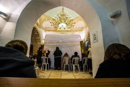 mujeres orando: Las mujeres rezando en la Tumba de Rachel Sinagoga, Jerusal�n, Israel