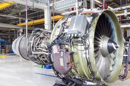Een vliegtuig motor tijdens onderhoud in een magazijn