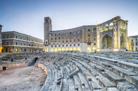 レッチェ、プーリア、イタリアの中心部に古代の円形劇場