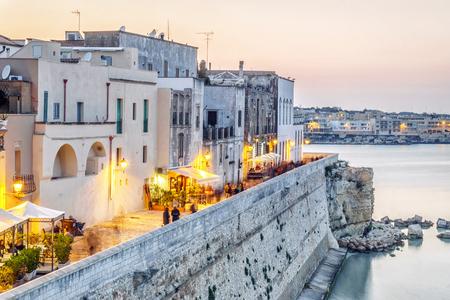 Belle Otranto par la mer Adriatique, Pouilles, Italie Banque d'images