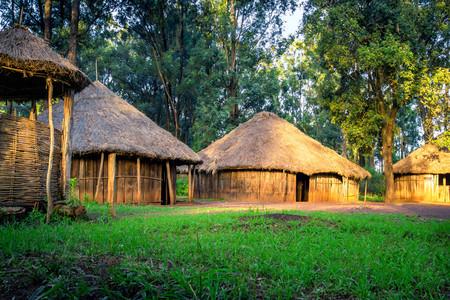 Village tribal traditionnel kenyan avec un grenier, Bomas du Kenya, Nairobi Banque d'images - 84170643