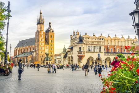 Igreja de Santa Maria e Cloth's Hall na Praça do Mercado de Cracóvia, Polónia