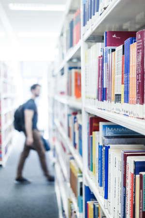 도서관에서 책을 읽다.