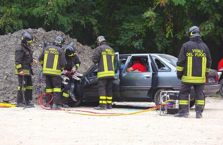 cruz roja: simulación de rescate de accidente. La simulación de accidentes de tráfico, la intervención conjunta entre los bomberos y socorristas de la Cruz Roja.