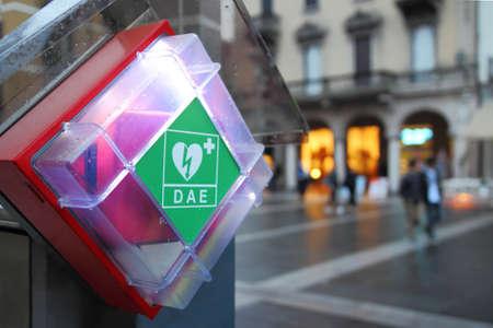 自動化された外部除細動器 (AED) イタリアの町 (レッコ) での駅 写真素材