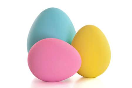 huevos de pascua: Coloridos huevos de Pascua artesanales aislado en un fondo blanco