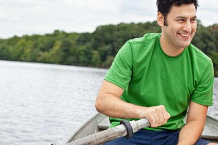 Actieve man in een roeiboot