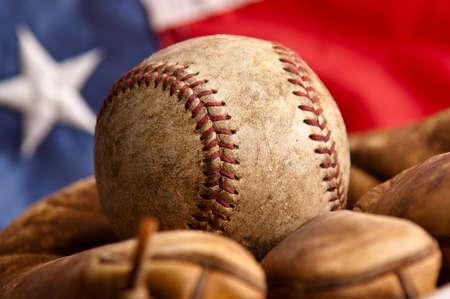 guante de beisbol: Guante de b�isbol del vintage con la bandera americana Foto de archivo