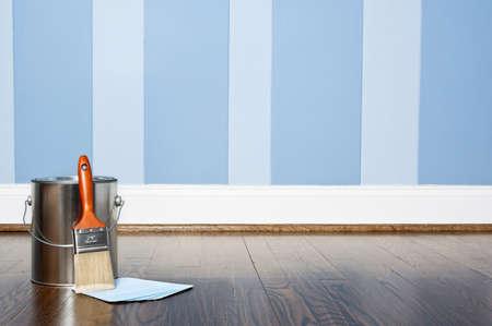 Verf kan met geschilderde muur