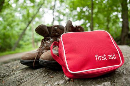 Botiquín de primeros auxilios y botas de montaña