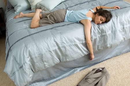 epuise: D'affaires s'est effondr� dans le lit �puis�