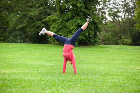 Female athlete doing a cartwheel Imagens