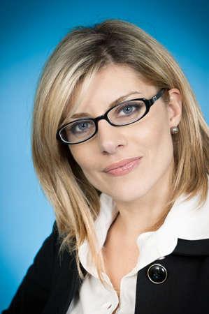 1 person: Cabeza y los hombros retrato de una atractiva mujer de negocios