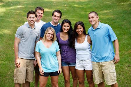 adultos: Grupo de amigos en el parque Foto de archivo