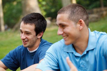 dos personas hablando: Amigos que hablan en el parque