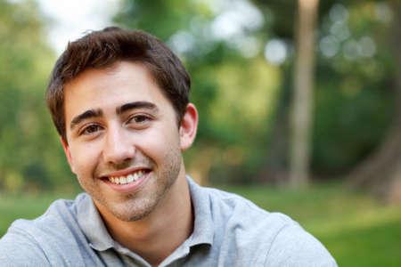 beau jeune homme: Portrait d'un jeune homme dans le parc