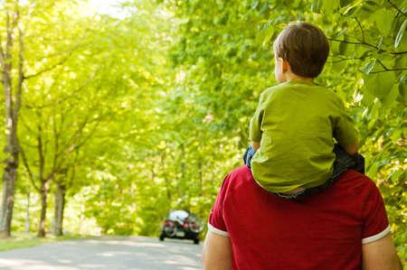 父と息子の公園を歩く 写真素材