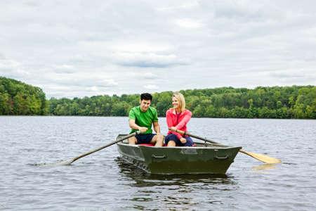 호수에 보트를 젓는 커플