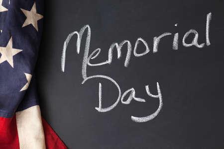 Memorial Day teken geschreven op een schoolbord met vintage Amerikaanse vlag Stockfoto